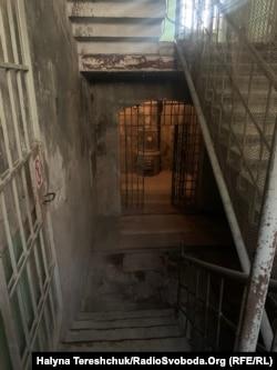 Цими сходами вели у підвал на розстріли