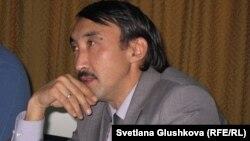 Болатбек Блялов, директор организации «Институт демократии и прав человека». Астана, 9 ноября 2012 года.