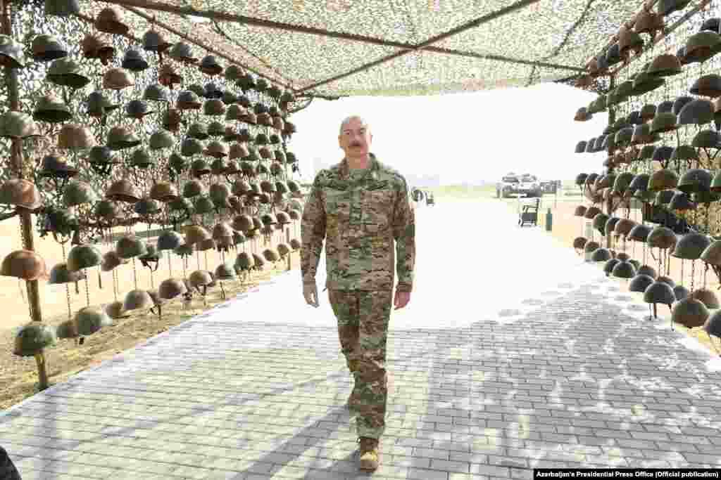Одну из инсталляций создали из касок армянских военнослужащих
