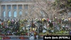 Flori pentru Regele Mihai la Palatul Regal din București.