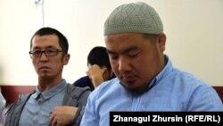 Жители города Шалкар Ербол Турганбаев (слева) и Нурбол Суиндиков на заседании апелляционной коллегии, разбирающей их жалобу. Актобе, 22 мая 2018 года.