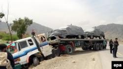 Përfaqësues të forcave të sigurisë zhvillojnë hetime në vendin ku është sulmuar një kamion me furnizime për NATO-n në Pakistan