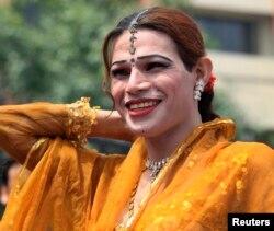 Жыныстық азшылық шеруіне келген транссексуал. Пәкістан, Пешавар, 3 маусым 2010 жыл.