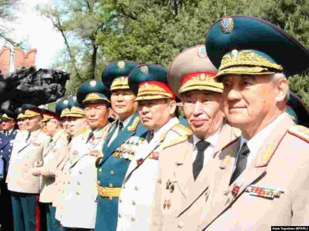 Генералы в парке имени 28 гвардейцев-панфиловцев. Крайний справа - первый председатель КНБ генерал-лейтенант Булат Баекенов.
