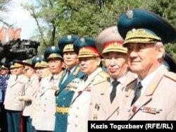 Қазақстан генералдары Жеңіс күні 28 панфиловшылардың саябағына келді. Алматы, 9 мамыр 2007 жыл. (Көрнекі сурет)