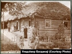 Сялянская сям'я каля сваёй хаты ў вёсцы Норкавічы, 1916 год