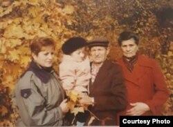Оля с мамой, дедушкой и бабушкой. Семейный архив