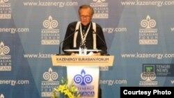 Известный телеведущий Ларри Кинг выступает на Евразийском форуме «Казэнерджи» в Астане.