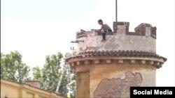 Русскоязычный мужчина на крыше башни в Праге.