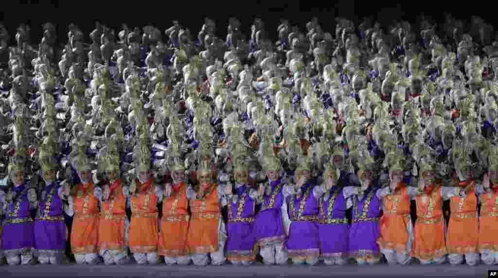 ЮНЕСКО мәдени мұрасы тізіміне енген Индонезия ұлттық биін билеп жатқан өнерпаздар.