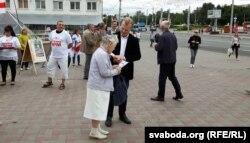 Улёткі віцебскім мінакам раздае сустаршыня кааліцыі Віталь Рымашэўскі