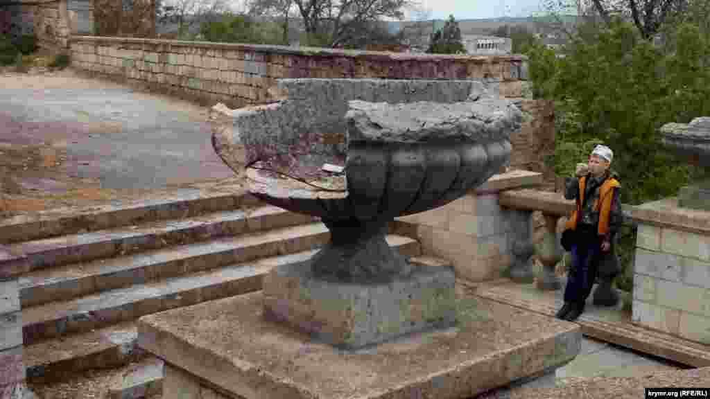 На Мітрідатських сходах у Керчі зруйновані не лише сходинки, але й елементи декору