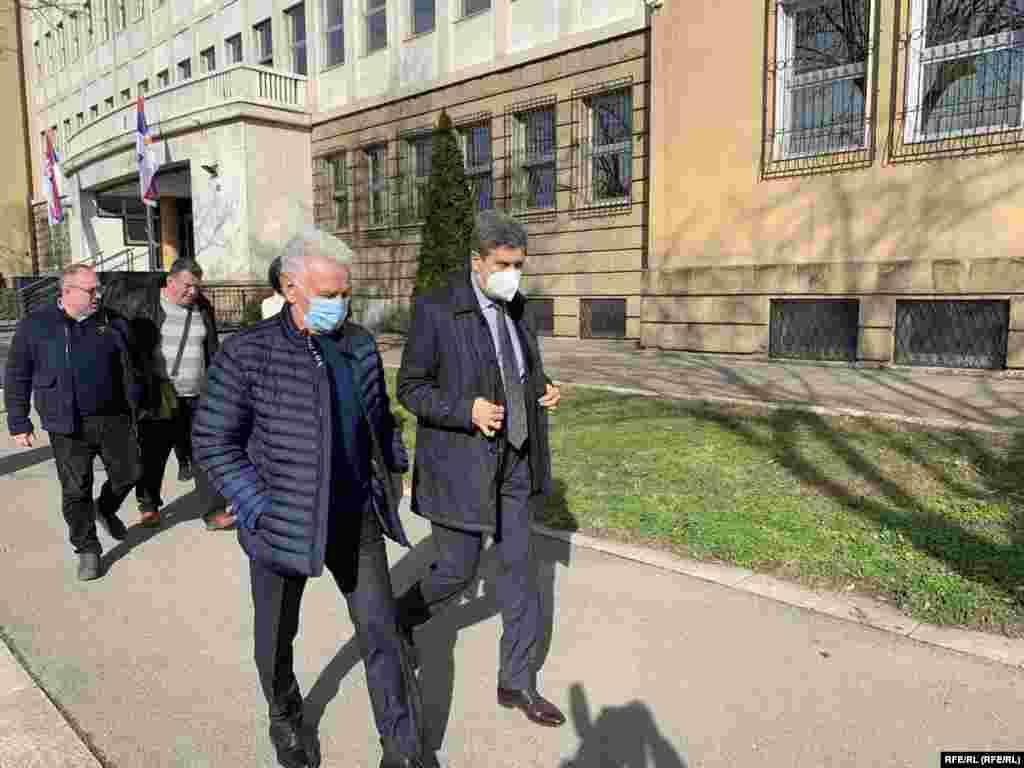 СРБИЈА - Поранешниот началник на Генералштабот на Југословенската армија, генералот Момчило Перишиќ, денеска е осуден од Високиот суд во Белград на три години затвор за шпионажа. Според пресудата, Перишиќ е осуден за давање тајни информации на вработениот во Амбасадата на Соединетите Американски Држави (САД) во Белград, Џон Нејбор.