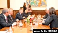 Pamje nga takimi i djeshëm i presidentit të Serbisë Tomisllav Nikolliq me ministrin e jashtëm gjerman Frank-Walter Steinmeier në Beograd