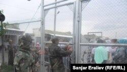 Люди стоят перед воротами в ожидании чуда.