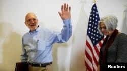 Кубадан босатылған соң баспасөз мәслихатын өткізген Алан Гросс жұбайы Джудимен бірге. Вашингтон, 17 желтоқсан 2014 жыл.