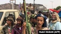 گروهی از شبهنظامیان حامی جداییطلبان جنوب یمن در این تصویر در شهرک خورمکسر در اطراف عدن؛ ۱۹ مرداد