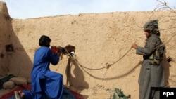 آرشیف، نیروهای خیزش مردمی در حال نبرد با جنگجویان طالبان.