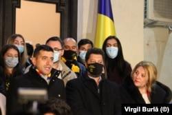 Az AUR vezetőjének, a 34 éves George Simionnak (balra) sajtótájékoztatója a párt egyéb vezetőivel december 7-én.