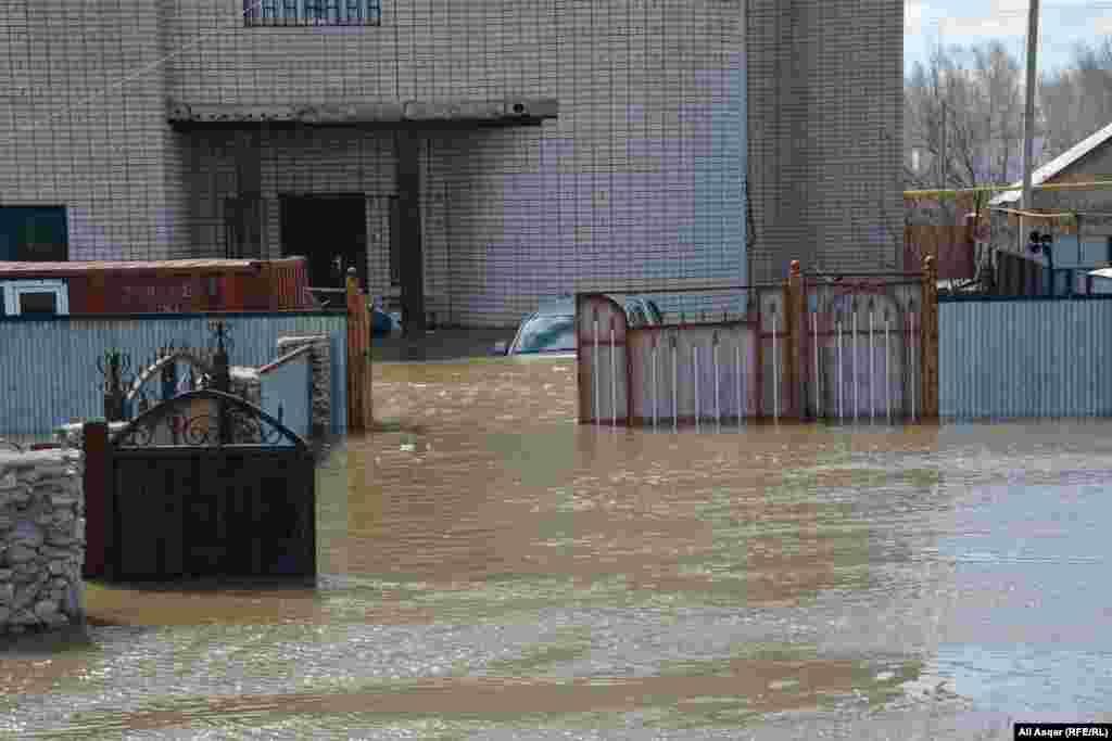 Затопленный двор дома на окраине Актобе.