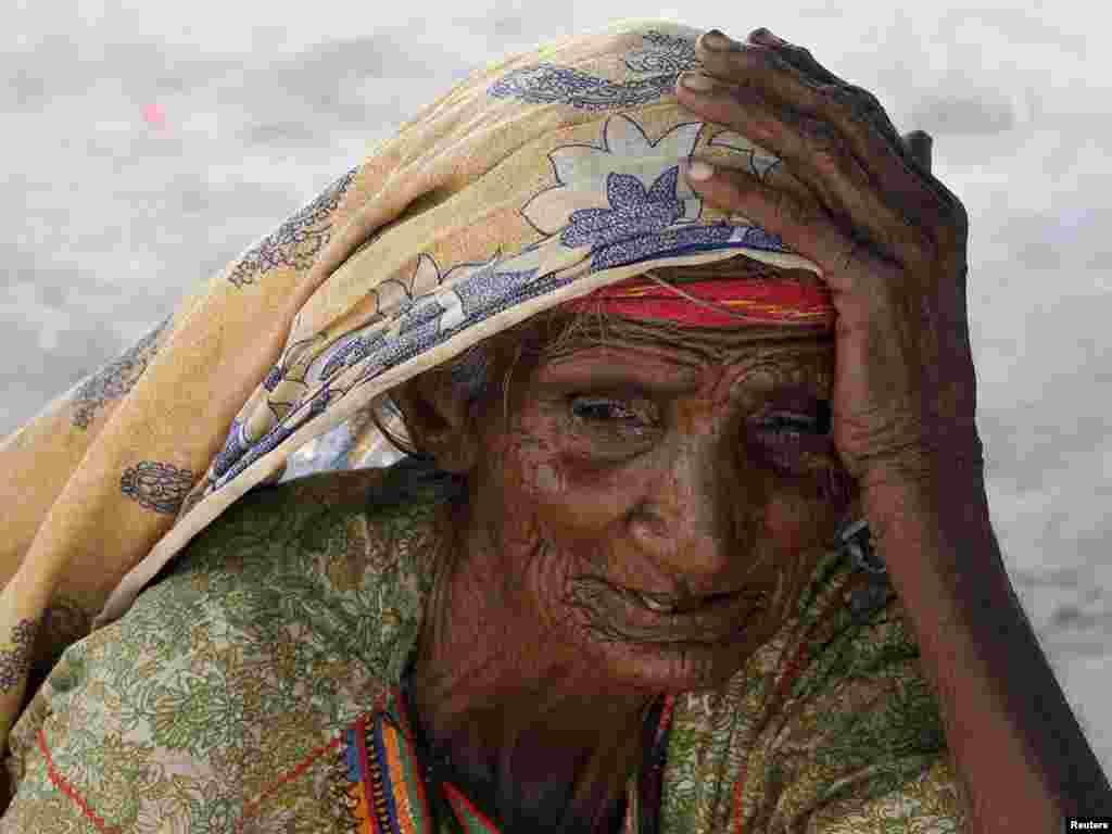 Пакистанська жінка в таборі для постраждалих від повені, провінція Сінд, 27 жовтня.Photo by Akhtar Soomro for Reuters