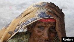 Жертва наводнения расположилась в лагере беженцев. Сужавал, 27 октября 2010 года.