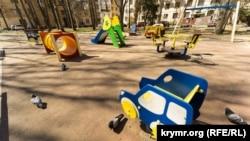 На дворовых детских площадках вместо детей все больше разгуливают голуби. Симферополь, 2 апреля 2020 года