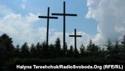 Хрести на місці вбивства 11 липня 1943 року 200 поляків у селі Павлівка Волинської області