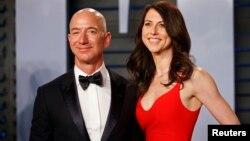 Ілюстрацыйнае фота. Самы багаты чалавек сьвету, уладальнік кампаніі Amazon Джэф Бэзас з жонкай
