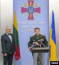 Міністр оборони України Степан Полторак (праворуч) і міністр оборони Литви Юозас Олекас під час зустрічі в Києві, 18 квітня 2016 року
