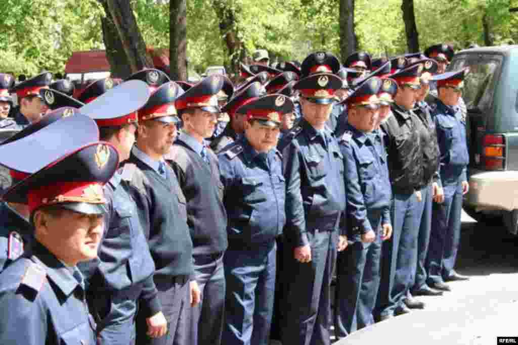 """Полицейское оцепление вокруг офиса партии """"Алга"""", где проходит собрание демократической общественности, приуроченном к Первому Мая. Алматы, 1 мая 2010 года."""