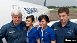 Члены экипажа самолёта Sukhoi SuperJet 100 с бортпроводницами в день катастрофы в Индонезии 9 мая 2012 года.