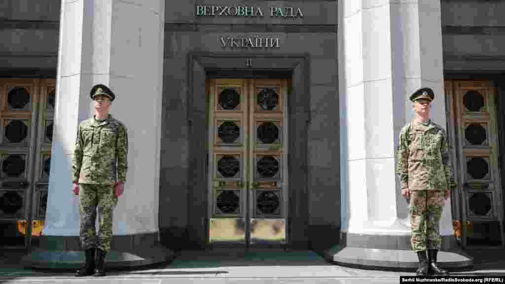 І не без почесної варти. Із 10:00 до 11:00 новообраний президент України Володимир Зеленський на урочистому засіданні парламенту складатиме присягу українському народові