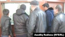 Ақша айырбастау кезегінде тұрған адамдар. Баку, 22 ақпан 2015 жыл.