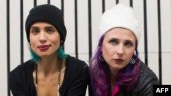 Участницы группы Pussy Riot Мария Алехина (справа) и Надежда Толоконникова.