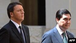 Italiýan premýer-ministri Matteo Renzi (ç) türkmen prezidenti Gurbanguly Berdimuhamedowy garşy alýar. Rim, 4-nji maý, 2015.