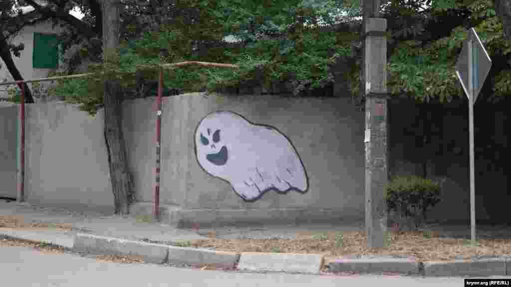 Qoralarda ara-sıra graffiti rastkele