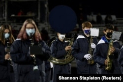 Учасники шкільного оркестру грають у масках. Огайо, жовтень 2020 року