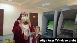 Кадр из репортажа гостелевидения Туркменистана, демонтирующего благодарность граждан страны за возможность получить деньги из банкомата, 27 июня, 2020.