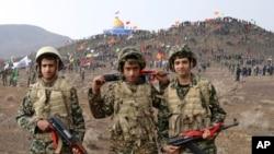 Bəsicin səfərbər etdiyi uşaq əsgərlər Mərkəzi İrandakı Qum şəhəri yaxınlığında (Foto arxivdəndir)