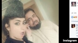 Fotografi e modeles Qandeel Baloch së bashku me klerikun Mufti Qavi