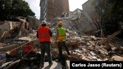 Рятувальники шукають тих, хто вижив під уламками. Мехіко, 19 вересня 2017 року