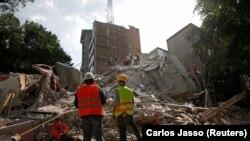 Мехико, 19 сентября. Спасатели ищут выживших под обломками