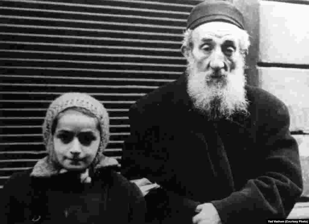 An elderly Jew and a child in the ghetto