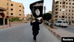 """Боевик """"Исламского государства"""" с флагом этой группировки. Ракка (Сирия), 2014 год"""