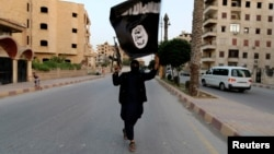 Бойовик угруповання «Ісламська держава» на вулиці сирійського міста Ракка (архівне фото)