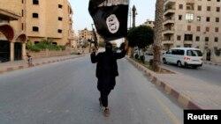 «Իսլամական պետության» զինյալը Սիրիայի Ռաքքա քաղաքում, արխիվ