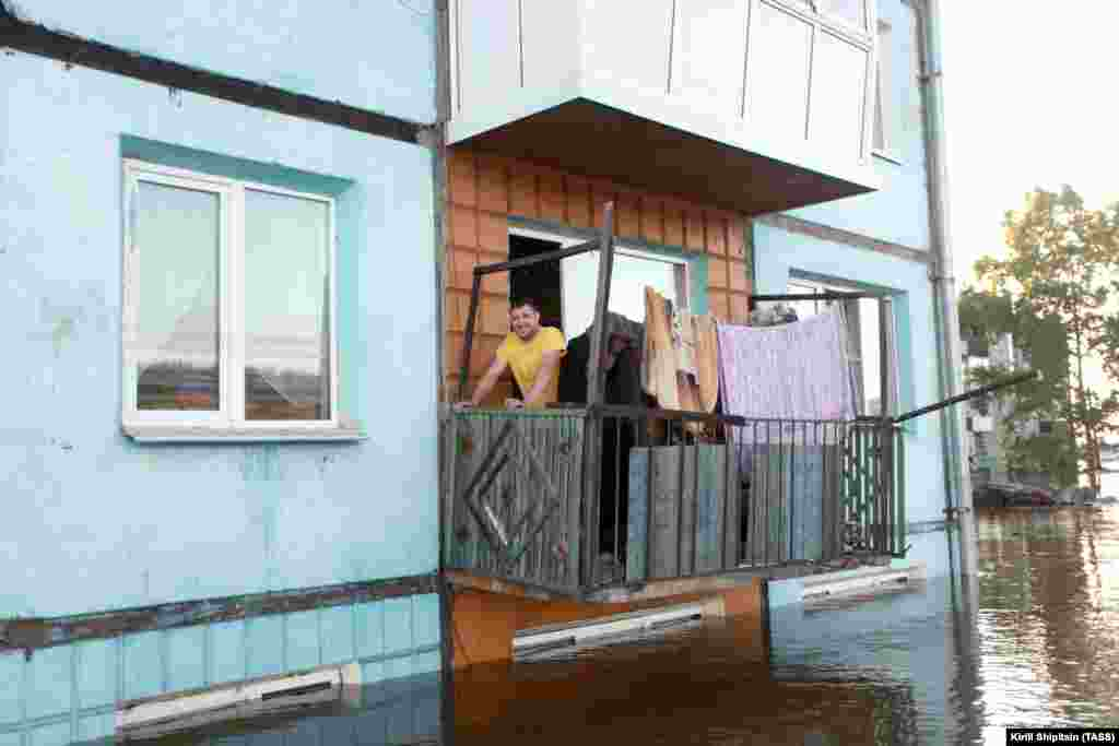 An apartment block in the flooded town of Tulunin in Russia's Irkutsk region, where heavy rains have caused floods and a state of emergency has been declared. (TASS/Kirill Shipitsin)