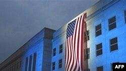 Zastava na zgradi Pentagona, u znak sećanja na teroristički napad od 11. septembra 2001. godine.