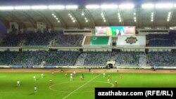 Türkmenistanyň prezidentiniň kubogyny almak ugrunda futbol ýaryşy. Türkmenistanyň we Eýranyň komandalary. 11-nji sentýabr, 2013 ý.